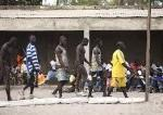 Luchadores calentando antes del combate. Campeonato local de lucha libre. Poblacion de Palmarin Ngueth. Delta del Saloum. Senegal. Africa