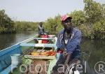 Pescadores recorriendo los manglares en el Delta del Saloum. Senegal. Africa