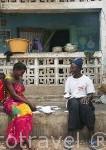 Vecinos de la población de Falia en el porche de su casa. Delta del Saloum. Senegal. AfricaSenegal. Africa