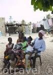 Una familia y vecinos. Población de Falia. Delta del Saloum. Senegal. Africa