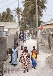 Mujeres paseando con su tipicos vestidos llamados Boubou. Poblacion de Dionewar. Delta del Saloum. Senegal. Africa