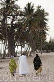 Vecinos vestidos con sus boubous. En la poblacion de Niodior. Delta del Saloum. Senegal. Africa