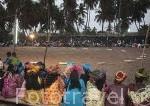 Arena y mujeres atavidas con sus mejores boubous listas para ver el combate de luchadores. Poblacion de Niodior. Delta del Saloum. Senegal. Africa