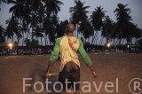 Un luchador haciendo sus ceremonias antes del combate. Campeonato local de lucha libre. Poblacion de Palmarin Ngueth. Delta del Saloum. Senegal. Africa