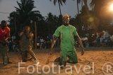 Un luchador haciendo sus rituales a la entrada de la arena. Población de Niodior. Delta del Saloum. Senegal. Africa
