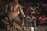 """Un luchador y su equipo junto a las botellas con """"poderes"""" proporcionadas por los """"marabu"""" o hombre Sagrado. Población de Niodior. Delta del Saloum. Senegal. Africa"""