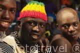 Jovenes luchadores observando el espectaculo de la lucha. Población de Niodior. Delta del Saloum. Senegal. Africa