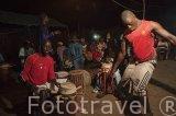 Los luchadores bailan al son de la musica de tambores y cantos de animo. Poblacion de Niodior. Delta del Saloum. Senegal. Africa
