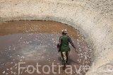 Una señora extrayendo sal de su pozo. Cerca de Palmarins Ngethie. Delta de Saloum. Senegal. Africa