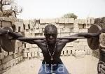 """El luchador Sidy Diouf """"Kalap Kalap"""" entrenando en su gimnasio. Pueblo de Palmarins Ngethie. Delta del Saloum. Senegal. Africa"""
