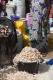 Fruto baobab para producir zumo llamado Bouye. Mercado de los miercoles de Ngueniene. Delta del Saloum. Senegal. Africa