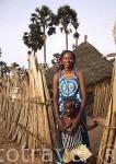 La Sra. Awa Sow de la etnia Peuhl con el labio caracteristico. Dentro del palmeral de la biosfera de Sambadia. Delta del Saloum. Senegal. Africa