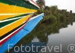 Piragua colorida navegando por el delta. Poblacion de Djilor. Delta del Saloum. Senegal. Africa