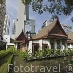 Casas de estilo tradicional en el hotel Sukhothai y modernos edificios detras. Ciudad de BANGKOK. Tailandia