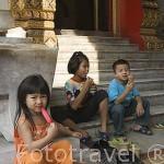 Niños en el templo de Marmol (Wat Benchamabopitr). Ciudad de BANGKOK. Tailandia
