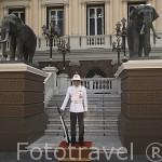 Guardia a la entrada del edificio Chakri Maha Prasat Hall. Complejo del Gran Palacio (1782). BANGKOK. Tailandia