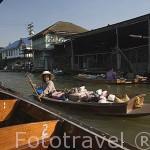 Señora vendiendo todo tipo de recuerdos en una barca en el canal de Khlong Chak Pra. BANGKOK. Tailandia