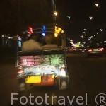 Vehiculo tuk tuk y pareja al anochecer. BANGKOK. Tailandia
