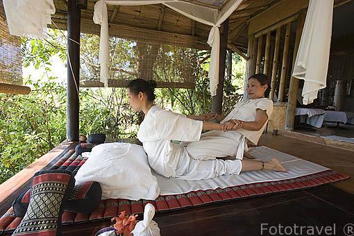 Masajista. Hotel Resort Phu Chaisai Mountain. En Mae Chan. CHIANG RAI. Tailandia