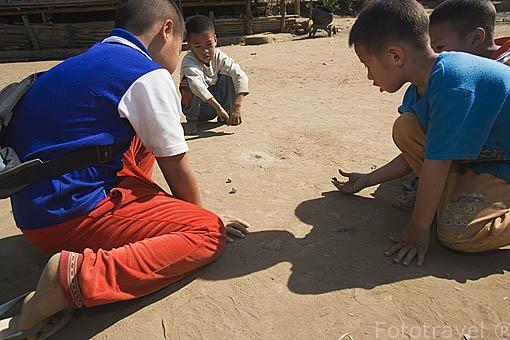 Chicos jugando a las canicas. Poblado chino de la etnia Yao. CHIANG RAI. Tailandia