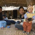 Familia tailandesa con su niño en un poblado en el Triangulo de Oro. CHIANG RAI. Tailandia
