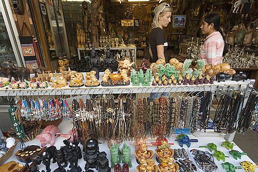 Todo tipo de recuerdos a la venta en MAE SAI paso fronterizo con Myanmar / Birmania. CHIANG RAI. Tailandia