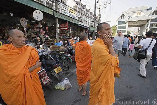 Monjes, locales y turistas en la calle comercial de MAE SAI. Paso fronterizo con Myanmar / Birmania. Chiang Rai. Tailandia