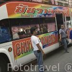 Moderno autobus de turistas tailandeses aparcado en la calle comercial de MAE SAI. Paso fronterizo con Myanmar / Birmania. Chiang Rai. Tailandia