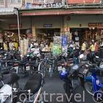 Las motos, medio de trasporte por excelencia. Calle comercial de Mae Sai. Paso fronterizo con Myanmar / Birmania. Chiang Rai. Tailandia