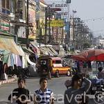 Calle comercial con todo tipo de articulos en MAE SAI paso fronterizo con Myanmar / Birmania. CHIANG RAI. Tailandia