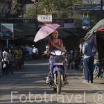 Chica en moto y paraguas. MAE SAI, paso fronterizo con Myanmar / Birmania. CHIANG RAI. Tailandia