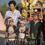 Chicos con traje de la tribu Akha buscando una propina de los turistas. Triangulo de Oro. CHIANG RAI. Tailandia