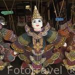 Muñecos en un puesto de venta en la poblacion de RUOM MIT. Chiang Rai. Tailandia