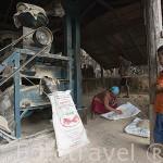 Maquina comunitaria para moler el grano en el pueblo de KEAW VUA DAM, en las orillas del rio Kok. Chiang Rai. Tailandia