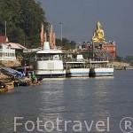 Buda y barcos turisticos junto al rio Mekong. Poblacion de CHIANG SAEN. Chiang Rai. Tailandia