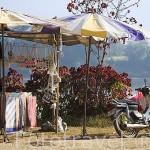 Puestos de artesania y otros en CHIANG SAEN junto al rio Mekong. Chiang Rai. Tailandia