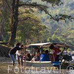 Turistas y embarcacion en el rio Kok. CHIANG RAI. Tailandia