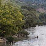 Paisaje matutino y pescador en el rio Kok. Chiang Rai. Tailandia