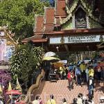 Entrada al templo Wat Phrathat Doi Suthep Rajvoravihara, en la montaña Suthep. CHIANG MAI. Tailandia