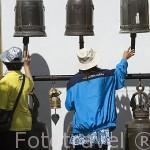 Tocando las campanas en el templo Wat Phrathat Doi Suthep Rajvoravihara, en la montaña Suthep. CHIANG MAI. Tailandia