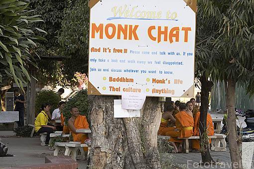 Monjes budistas hablando con los transeuntes junto al templo Wat Chedi Luang VARAVIHARN (Data de 1401). CHIANG MAI. Tailandia