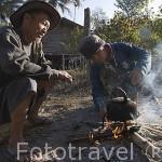 Esperando a tomar el te. Tribu Karen Pakayaw en el poblado de KEAW VUA DAM. junto al rio Kok. Chiang Rai. Tailandia