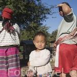 Tribu Karen Pakayaw en el poblado de KEAW VUA DAM. junto al rio Kok. Chiang Rai. Tailandia