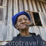 Anciano de la tribu Lahu rojo con su pipa. Poblado de CHA KUE. Chiang Rai. Tailandia