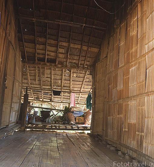Interior de una vivienda en bambu de la tribu Lahu rojo. Poblado de CHA KUE. Chiang Rai. Tailandia