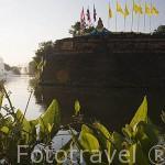 El rio Ping y restos de la muralla que protegian la ciudad de CHIANG MAI. Tailandia