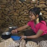 Chica cocinando de la tribu de montaña Karen Padong (Long neck). Poblado de BAN MAINAI SOI. Mae Hong Son. Tailandia