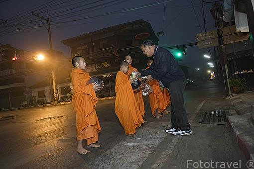 Todos los dias a las 6 de la mañana los monjes budistas de los templos cercanos recorren las calles de MAE HONG SON para que la gente les ayude con el desayuno. Tailandia