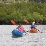 Practicando kayak en la isla de KO LANTA. Tailandia