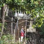 Escaleras que suben a los miradores y macacos. Wat Tham Seua (Templo del Tigre), cerca de Krabi. Tailandia